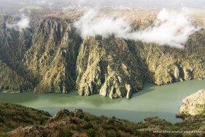 Disfruta de la naturaleza y recorre los cañones del Sil en La Ribeira Sacra con un inolvidable paseo en barco o catamarán
