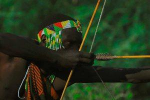 Aprende a hacer un arco con sus flechas con la madera y las técnicas que se empleaban en la antigüedad. Un arco es un arma letal que te permitirá cazar en una situación de supervivencia real, pero también podrás practicar el tiro al blanco deportivo.