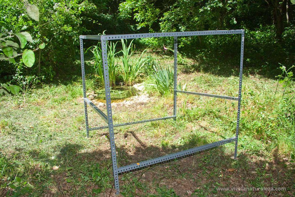 Vista de la estructura metalica del hide casero para fotografia ya montada