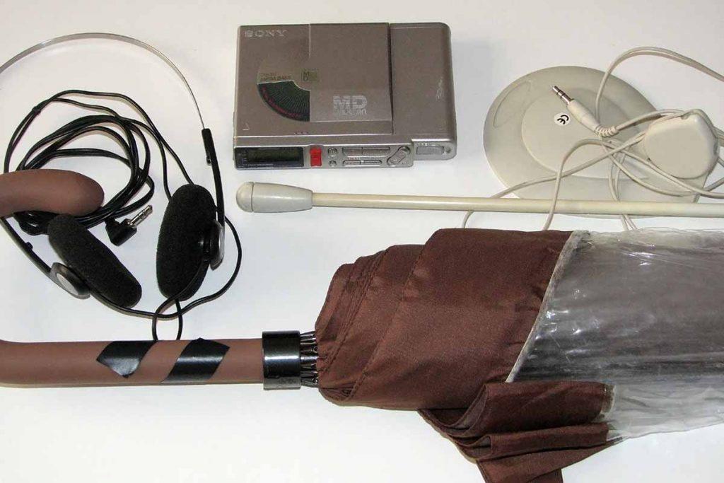 Equipo casero de grabación de sonidos de aves, animales, naturaleza... compuesto por una grabadora minidisc, un micrófono de ordenador, unos auriculares y un paraguas