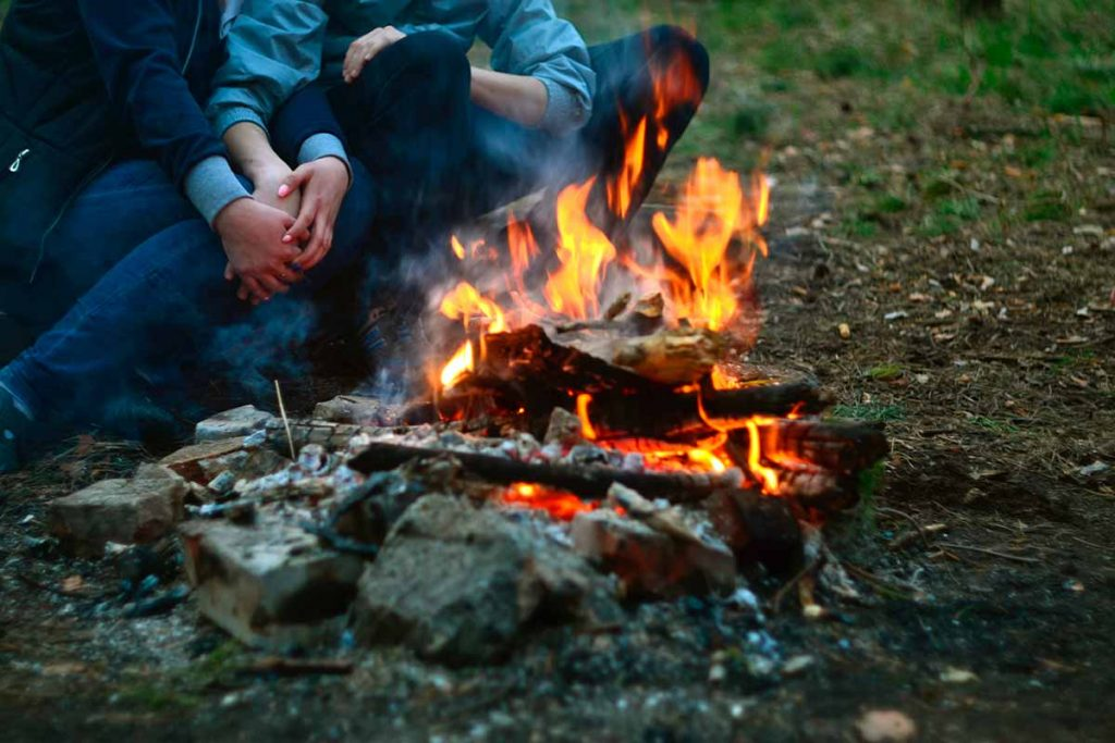Aprender a hacer fuego en la naturaleza con medios convencionales como cerillas o un mechero o con medios improvisados como lentes, piedras o frotando palos es una habilidad básica de cualquier survival