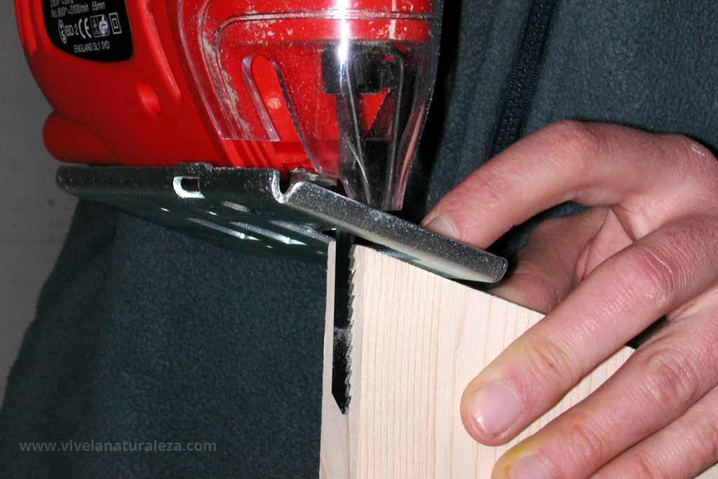 Tomando medidas para cortar la caja nido
