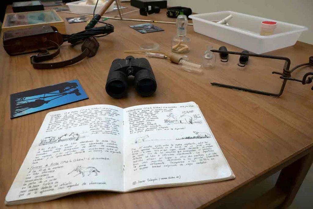 Mesa de trabajo con un cuaderno de campo