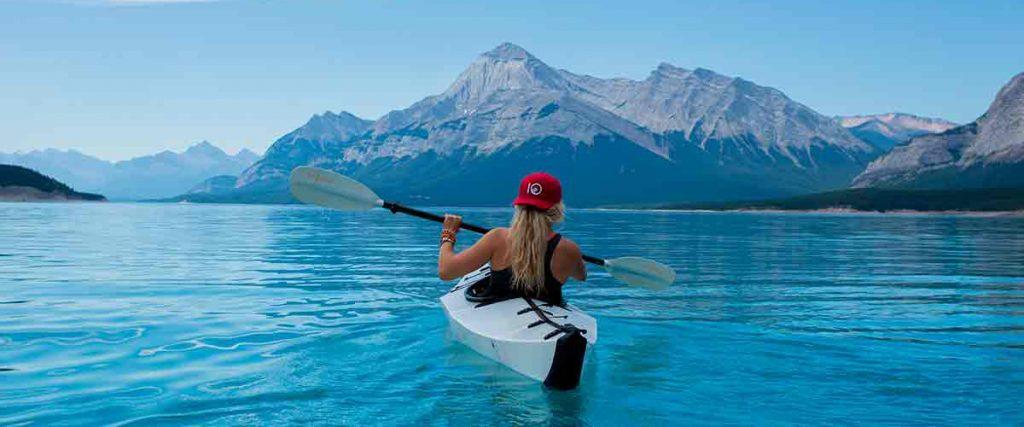 Practicando deportes de aventura en la naturaleza con un kayak