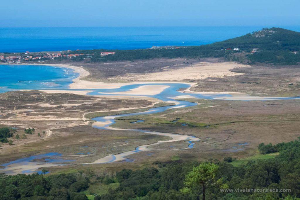 Vista aerea del parque natural del complejo dunar de Corrubedo y lagunas de Carregal y Vixan