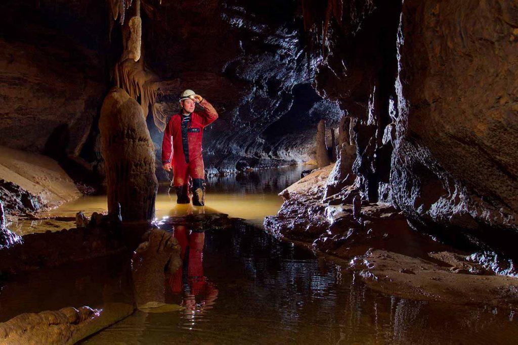 Espeleología: exploración de cuevas y grutas