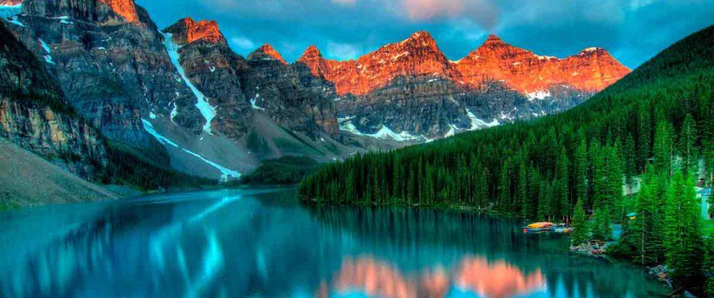 Paisaje de naturaleza virginal con un lago, árboles y montañas