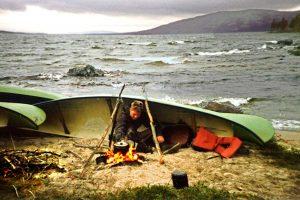Saber improvisar un refugio cuando te encuentras en una situación de supervivencia en la naturaleza es vital para protegerte de los peligros ambientales y sobrevivir